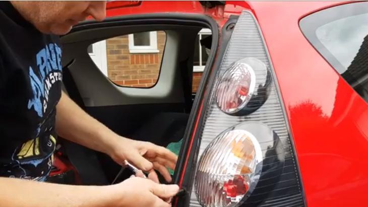 Замена ламп в задних фонарях Citroen C1 и Peugeot 107